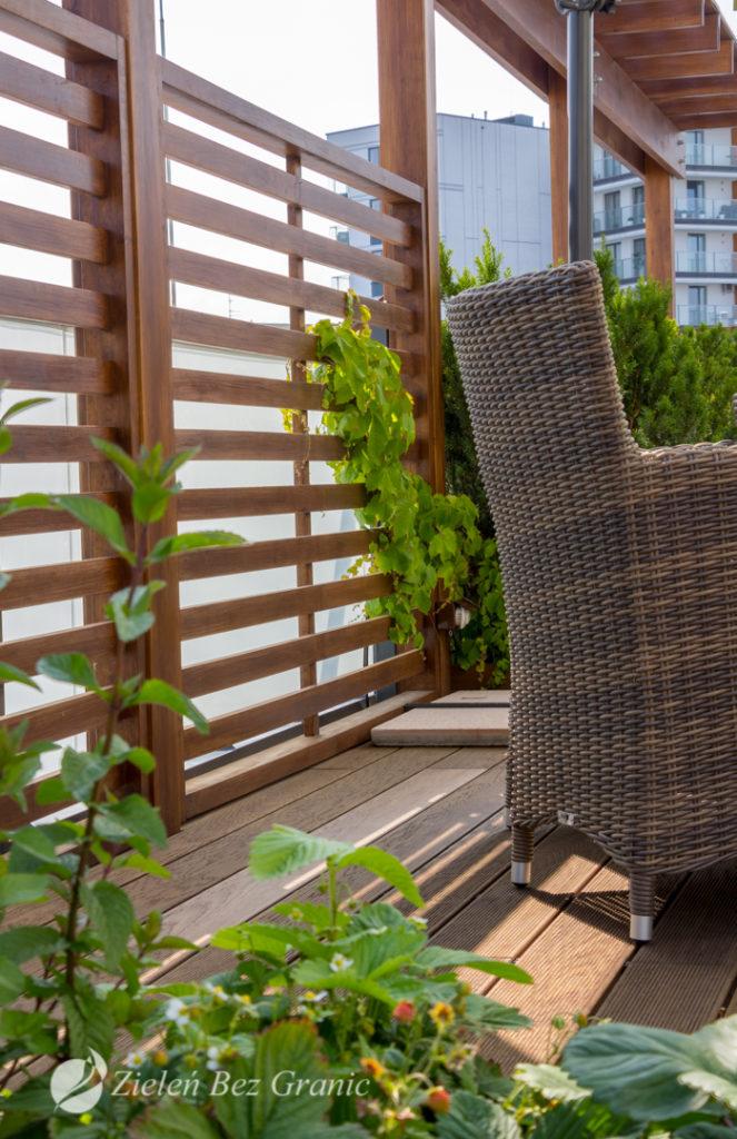 Drewniane panele stanowią osłonę przed wiatrem.
