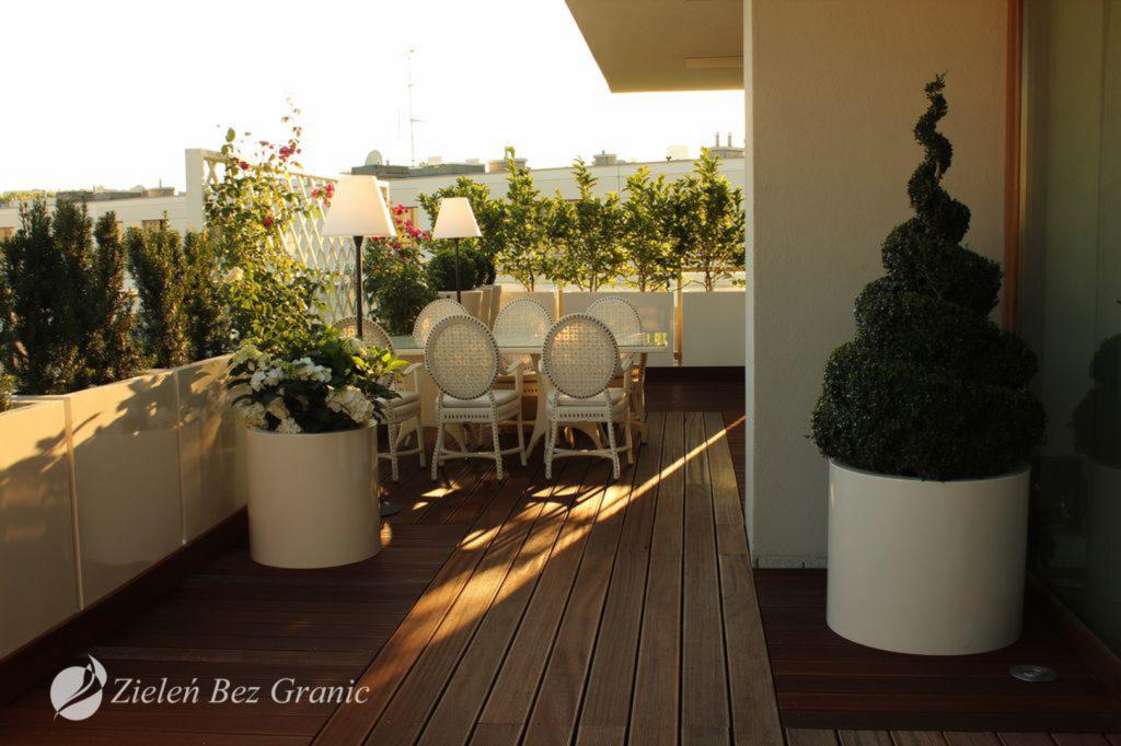 Eleganckie donice z roślinami.