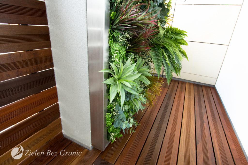 Zielona ściana ze sztuczną roślinnością.